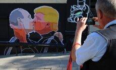 Viļņā tapis grafiti ar Putina un Trampa skūpstu