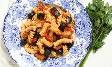 Fusilli pasta ar baklažāniem pikantā tomātu mērcē