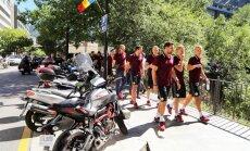 Foto: Latvijas futbolisti pirms spēles dodas pastaigā pa Andoras galvaspilsētu