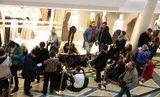 Foto: Ļaudis nīkst rindā pie jaunā 'H&M' veikala Rīgā