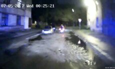 Video: Iereibis kvadricikla vadītājs ar diviem bērniem pārgalvīgi bēg no policijas