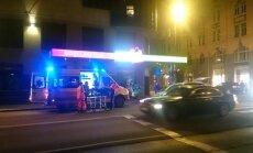 Auto notriec gājēju, kurš ielu šķērsojis pie zaļās gaismas, satraukti aculiecinieki