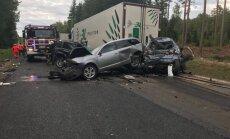 ФОТО, ВИДЕО: Фура смяла три легковушки на светофоре, один человек погиб