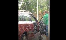 ВИДЕО: Водителя рассмешила женщина на автомойке