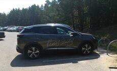 Foto: Renāra Zeltiņa auto Lilastē noparkots neatļautā vietā