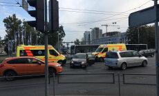 Foto: 'Škoda' un ātrās palīdzības auto sadursme Brīvības gatvē