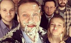 Krievijas opozicionārs Navaļnijs piedzīvojis uzbrukumu ar tortēm