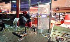 Melnādaina jaunieša nāve no policista lodes ASV pilsētā izraisa vardarbīgus protestus