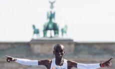 Ar jaunu pasaules rekordu Berlīnes maratonā uzvar kenijietis Kipčoge