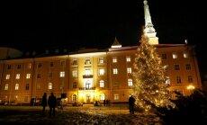 Foto: Vējonis kopā ar Latvijas kuplākajām ģimenēm iededz Rīgas pils Ziemassvētku egli