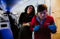 ФОТО: Чем заняты стюардессы в моменты, когда их не видят пассажиры