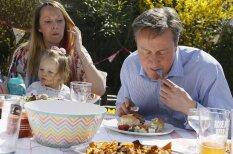 Briti izsmej Deividu Kameronu, kurš hotdogu ēd ar nazi un dakšiņu