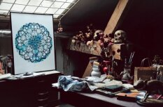 Grandiozas mandalas, ko veido latviešu māksliniece Īstenā