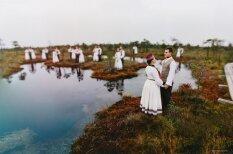 Mistisks rīts ar tautu meitām un tautu dēliem Ķemeru purvā