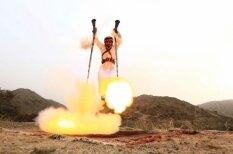 Trakās arābu tradīcijas: vīrieši lec gaisā un šauj sev zem kājām