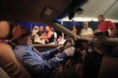 Neparasts skats: miris cilvēks pielikts pie taksometra stūres