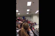"""ВИДЕО: Студент фантастически точным броском заработал всему курсу """"десятки"""" по химии"""