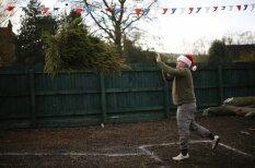 В Великобритании прошел чемпионат по метанию рождественских елок