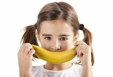 meitene-smaidit-bediga-banans-izlikties-44039067.jpg