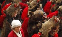 Foto: Rumānijā ar 'lāča danci' aizbiedē ļaunumu
