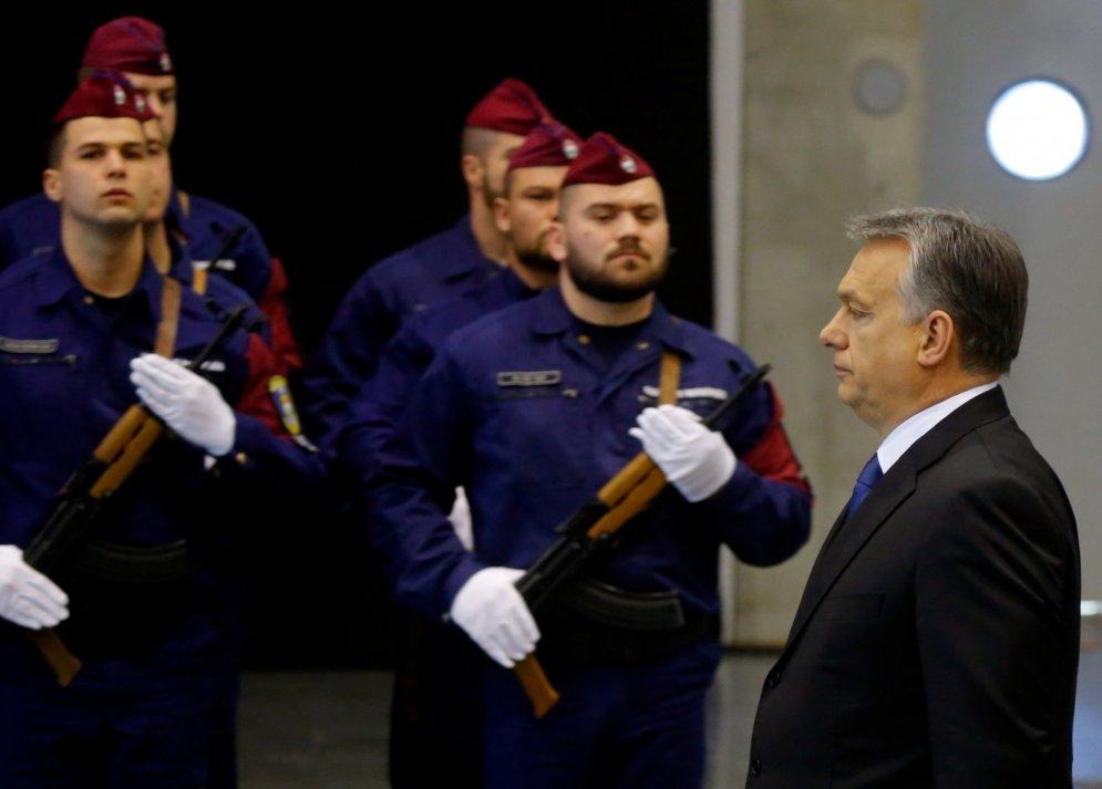 """Врешь, мигрант, не пройдешь! 12 ФОТО тренировок """"Пограничных охотников"""" в Венгрии"""
