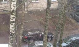 Video: Šāvieni pagalmā pārbiedē Baltezera ielas namu iedzīvotājus