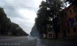 Aculiecinieka video: Kādēļ Brīvības ielā Rīgā bieži veidojas avārijas situācijas