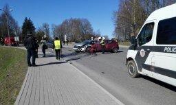 Dobelē avarē divas automašīnas; trīs cietušie