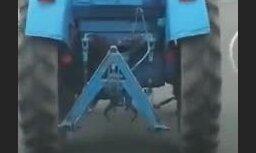 ВИДЕО: Новый транспорт? В Валмиере полицейский в форме едет на тракторе