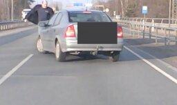Video: Kareivīgi noskaņots autovadītājs pie lidostas uzbrūk citam šoferim