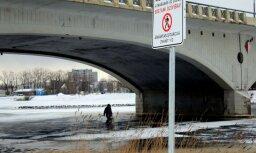 Foto: Zemledus makšķernieki Jelgavā riskē ar dzīvību