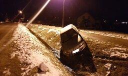 Foto: Baldonē grāvī pamests dzērumā vadīts un avarējis auto