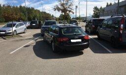 Foto: Autovadītājs 'izpleties' stāvlaukumā Jelgavā