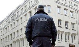 Policistu lūdz apsūdzēt par šaujamieroča aizmiršanu sabiedriskajā transportā