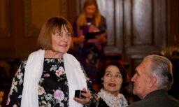 Foto: Teātra vecmeistari godina Silviju Biteri un Solveigu Raju