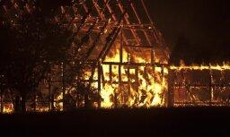 Во время пожара проломилась крыша: погибли два человека