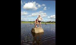 Latgalieši nepadodas: arī lopkopji metas peldus applūdušajos laukos