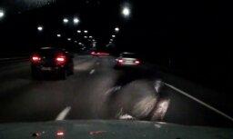 Video: Viļņā uz šosejas automašīnai uztriecas virsū riepa