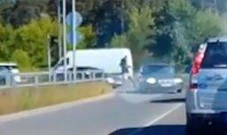 Video: Skrējējs iesper neuzmanīgas autovadītājas automašīnai
