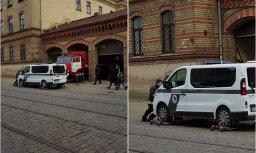 Ugunsdzēsēji Rīgā pārvieto vārtiem priekšā atstātu policijas auto