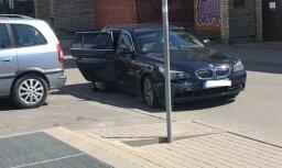Очевидец: В Риге BMW протаранила припаркованные машины. Водитель уснул