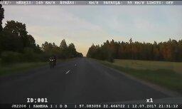Video: Ceļu policija notver pārgalvīgu motociklistu