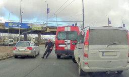 Video: VUGD busiņa šoferis konfliktē ar citu autovadītāju uz Mūkusalas apļa