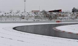 Foto: Sniegs apsedz Barselonas trasi un pārtrauc F-1 testu sesiju