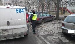 Foto: Rīgas pagalma stāvvietā soda kvītis nopelna uzreiz 18 auto