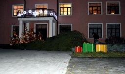 Foto: Rojā stiprais vējš sagāzis Ziemassvētku egli