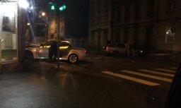 Rīgā automašīna BMW ietriekusies aptiekā