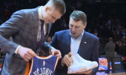 Vējonis, pīrāgi un koris: ieskats Latvijas simtgadei veltītajā 'Knicks' spēlē