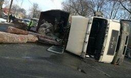 ФОТО: В Чиекуркалнсе перевернулся грузовик с железными трубами