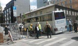 Foto: Baznīcas ielā asfaltā ielūzis tūristu autobuss (plkst. 15.10)